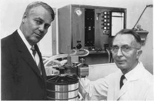 H. Crafoord e N. Alwall con il loro primo rene artificiale Gambro, una costrzione spirale
