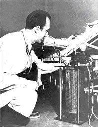 Alwell mentre controlla il suo primo rene artificiale usato clinicamente