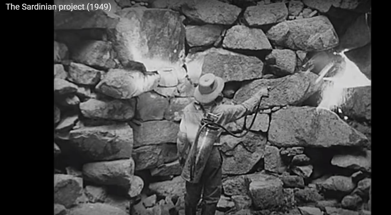 Malaria - The Sardinian Project (003) - DDT spruzzato dentro un nuraghe